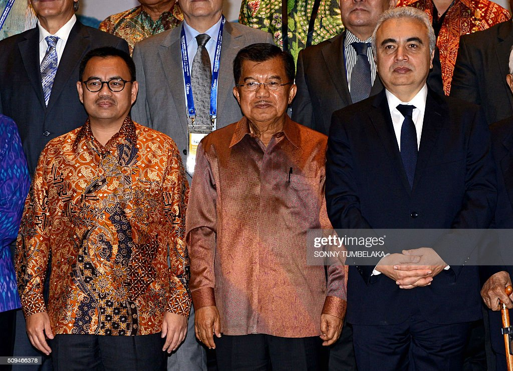 Indonesia's Minister of Energy and Mineral Resources Sudirman Said, Indonesia's Vice President Yusuf Kalla and executive director of the International Energy Agency (IEA) Fatih Birol pose for a group photo with other delegates during opening ceremony for the Bali Clean Energy Forum (BCEF) 2016 in Nusa Dua on Indonesia's resort island of Bali on February 11, 2016. Indonesia is hosting the forum from February 11 to 12. AFP PHOTO / SONNY TUMBELAKA / AFP / SONNY TUMBELAKA