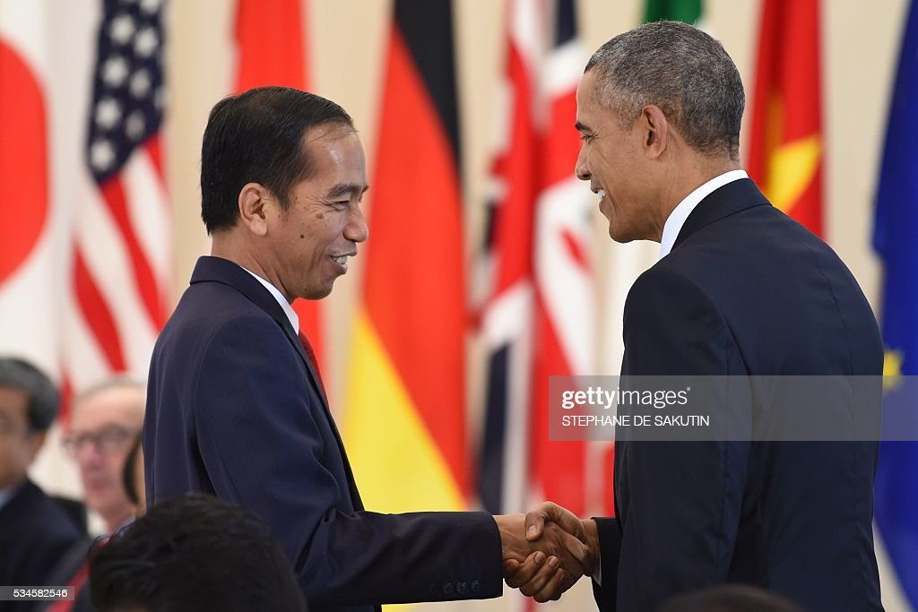 Indonesia's President Joko Widodo (L) speaks to US President Barack Obama as they take part in a dialogue with world leaders at the G7 Summit in Shima in Mie prefecture on May 27, 2016. A British secession from the European Union in next month's referendum could have disastrous economic consequences, G7 leaders warned on May 27 at the close of the summit in Japan. / AFP / STEPHANE