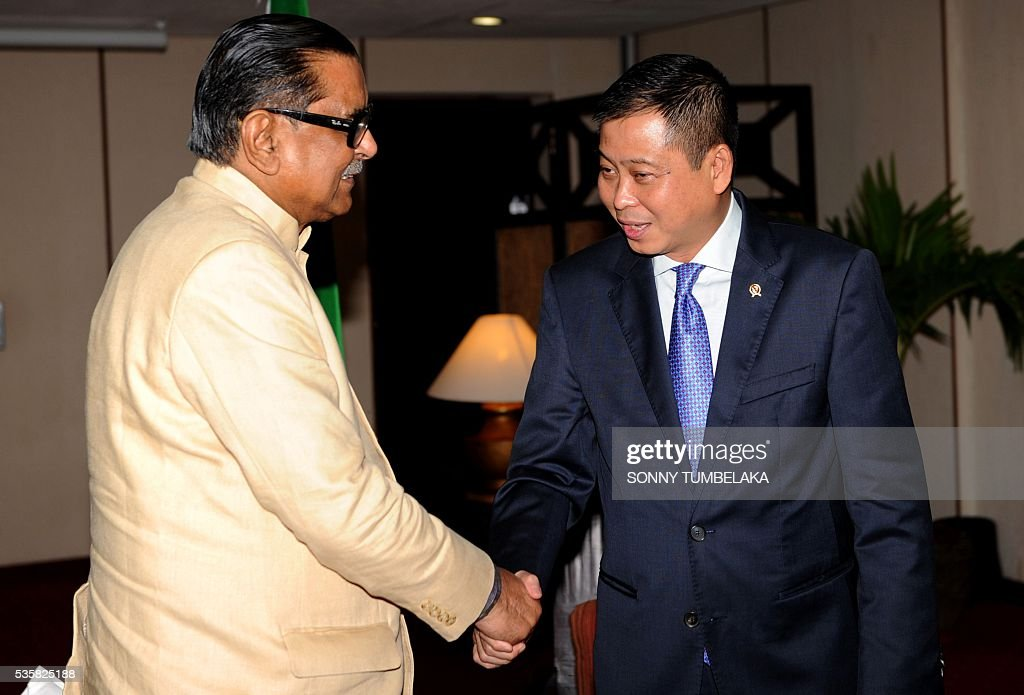 Indonesia's Transport Minister Ignasius Jonan (R) shakes hands with Bangladeshi Minister of Civil Aviation and Tourism Rashed Khan Menon (L) before their bilateral meeting at a hotel in Kuta during the Transportation Ministerial Meeting of Developing Countries on Indonesia's resort island of Bali on May 30, 2016. The Transportation Ministerial Meeting of Developing Countries is being held in Bali from May 30-31. / AFP / SONNY
