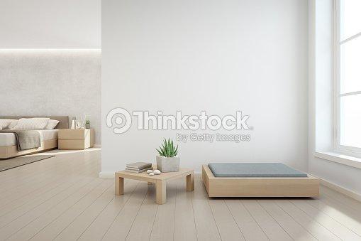 Planta de interior en la mesa de centro madera y muebles modernos con fondo de pared de concreto blanco vacías, dormitorio junto a la sala de estar en Casa Escandinava : Foto de stock