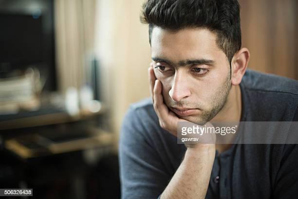 Intérieure sereine jeune homme repose tête sur Main et de la réflexion.