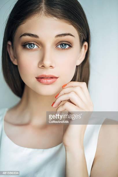 Vue intérieure de jeune femme magnifique sur fond clair