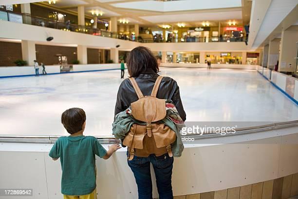 À l'intérieur, patinoire de glace
