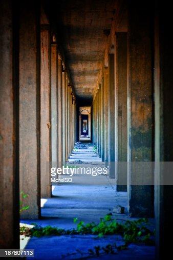 Industrieller Architektur Colonnade Fluchtpunkt
