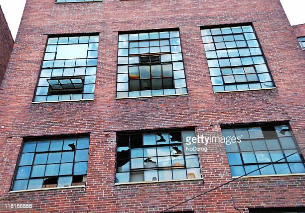 Industriegebäude mit gebrochenen Fenster