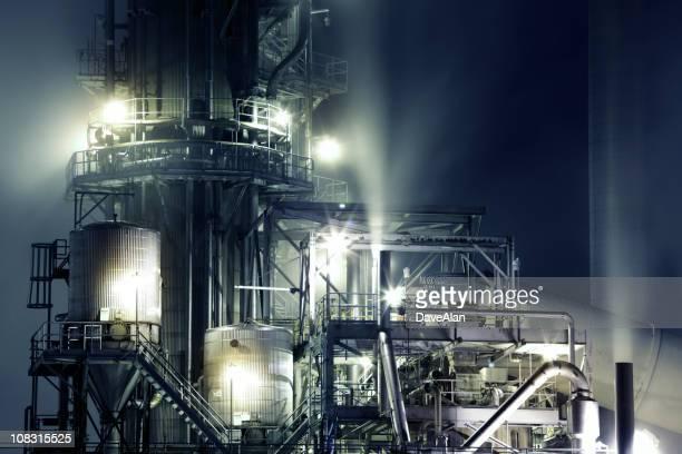 Complesso industriale di notte