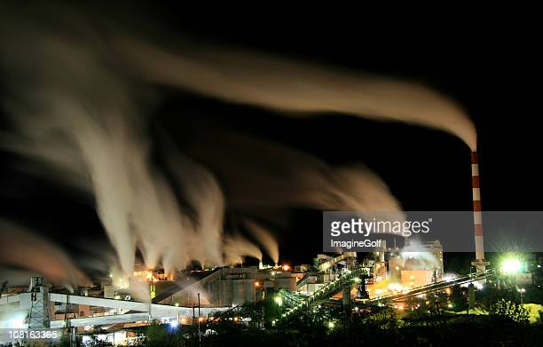 Stabilimento industriale di notte