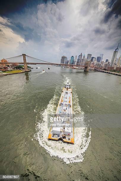 Embarcación Industrial en el río del este