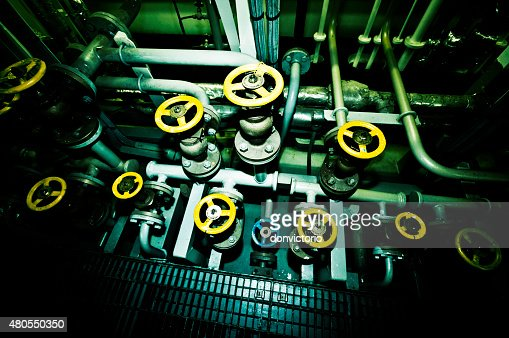Válvulas industriais aboard um navio : Foto de stock