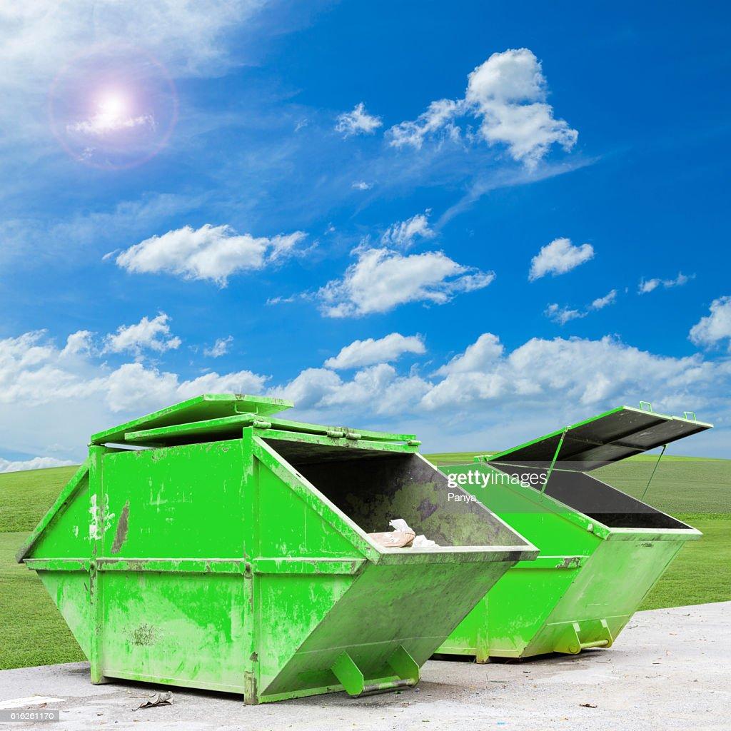 Cajón de residuos industriales (Contenedor) para los residuos municipales : Foto de stock