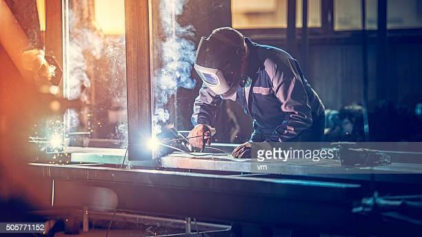工業労働者に溶接機