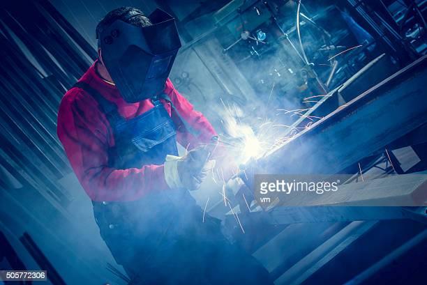 Ouvrier industriel avec outil soudure