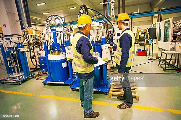 労働者の新しい産業制御装置、工場で
