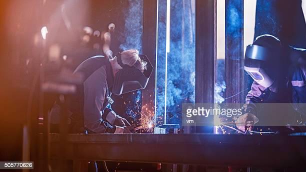 Lavoratori industriali con strumento saldatore