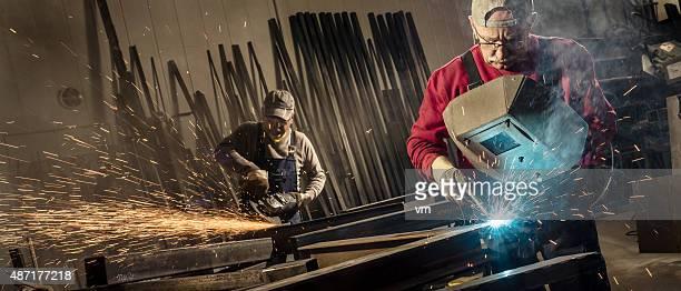 Les travailleurs de l'industrie avec outils de Soudage