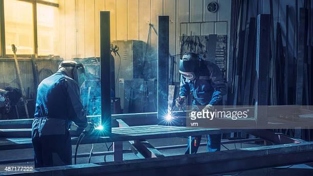 工業労働者に溶接ツール