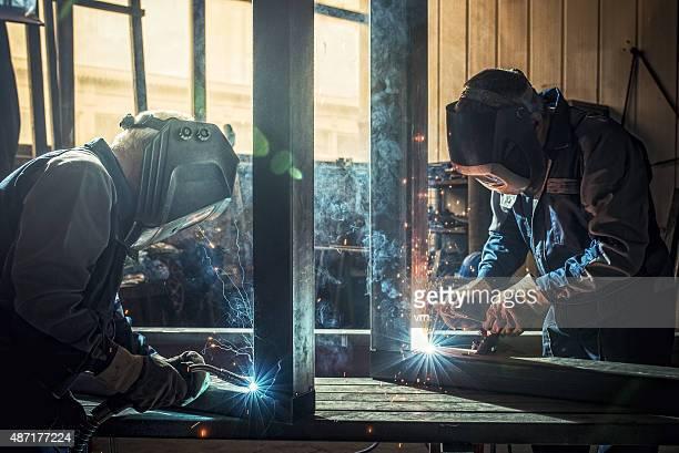 Trabalhadores industriais com ferramentas de soldadura