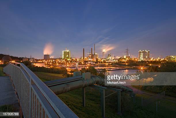 Industrie und Pipeline bei Nacht