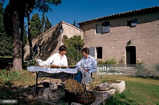 Ines De La Fressange And Luigi D'Urso In Provence Septembre 1993 Inès DE LA FRESSANGE enceinte de son premier enfant et son mari Luigi D'URSO en...