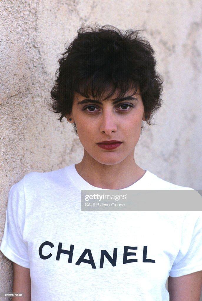 Ines De La Fressange At Chanel. Paris - Juillet 1984 --- A 26 ans, Inès DE LA FRESSANGE a signé un contrat d'exclusivité de 7 ans avec la maison Chanel : portrait avec un tee-shirt siglé 'Chanel'..