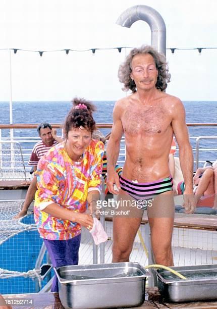 Ines WurmFenkl Ehemann Toni Fenkl neben den Dreharbeiten zur ZDFSerie 'Traumschiff' Folge 21 'Ägypten' Atlantik MS 'Berlin' Kreuzfahrtschiff...
