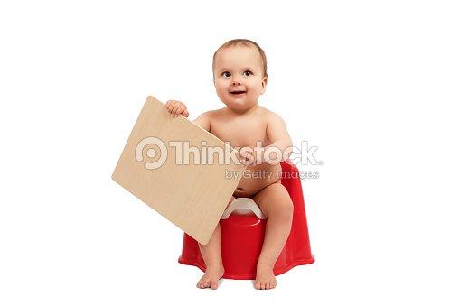 kind kind baby kleinkind sitzen auf t pfchen toilette hocker topf isoliert auf wei em. Black Bedroom Furniture Sets. Home Design Ideas