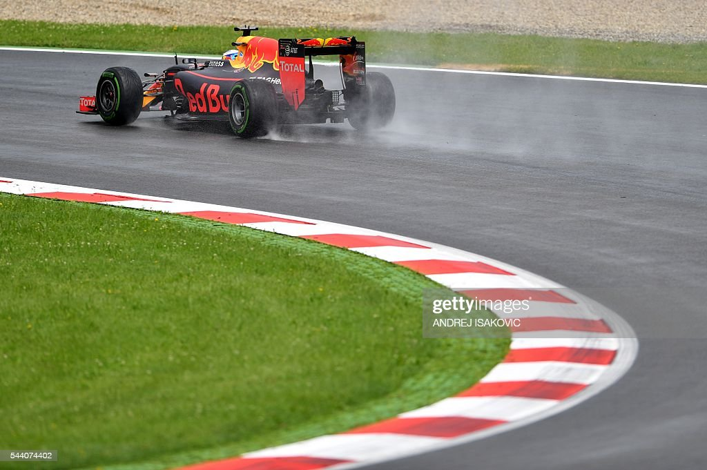 Infiniti Red Bull Racing's Australian driver Daniel Ricciardo drives during the practice session of the Formula One Grand Prix of Austria in Spielberg, Austria on July 1, 2016. / AFP / ANDREJ