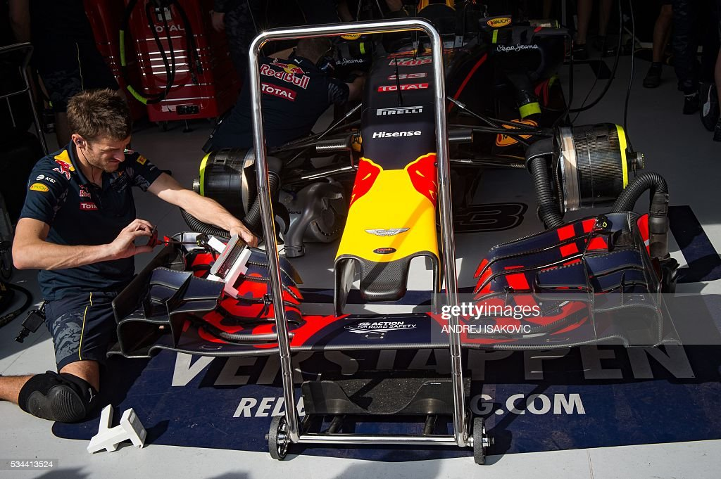 Infiniti Red Bull Racing's mechanic works on car during the first practice session at the Monaco street circuit, on May 26, 2016 in Monaco, three days ahead of the Monaco Formula 1 Grand Prix. / AFP / ANDREJ