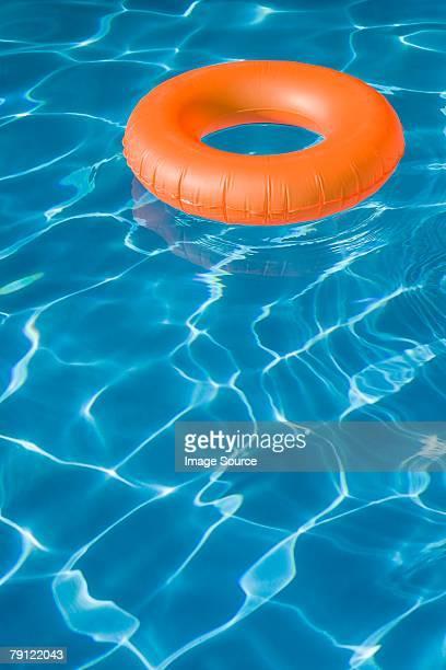 Bouée gonflable dans la piscine