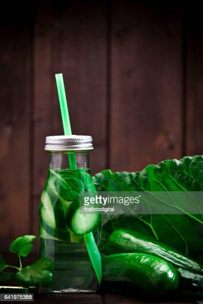 Infundiert grünes Gemüse Wasser Entgiftung trinken