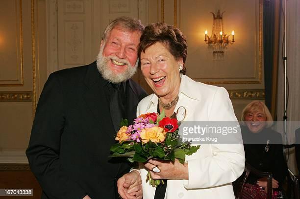 Inge Pilawa Und Ludwig Angeli Mit Dem Preis Beim Ersten 'Fleurop Emotion Award 2005' Im Hamburger Übersee Club EV Am 090305