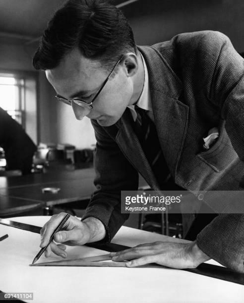 L'ingénieur G H Turner dans son bureau d'étude en 1952 à Londres RoyaumeUni