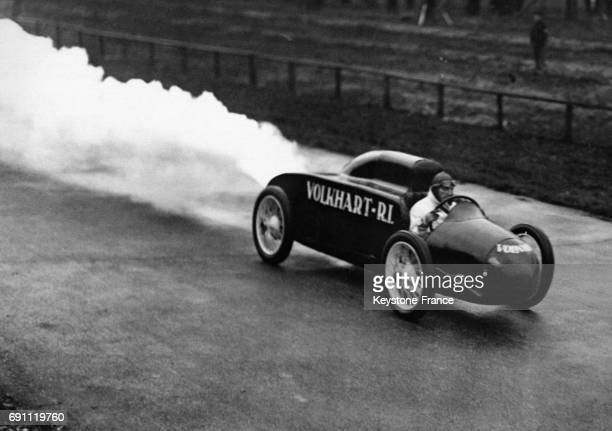 L'ingénieur Kurt C Volkhart pilotant sa voiturefusée sur le circuit AVUS à Berlin Allemagne en 1928