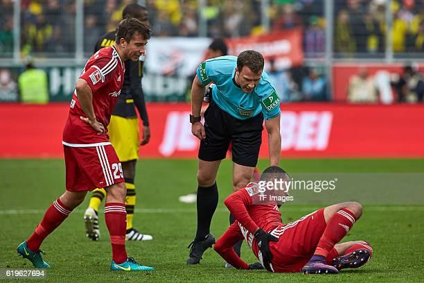 Ingolstadt Deutschland 1 Bundesliga 8 Spieltag FC Ingolstadt 04 BV Borussia Dortmund Markus Suttner und Schiedsrichter Felix Zwayer sehen nach dem...