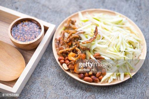 Ingredient, cooking of spicy mango salad : Foto de stock