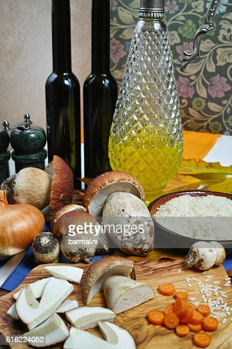 Ingredients for risotto with wild mushrooms boletus : Stockfoto