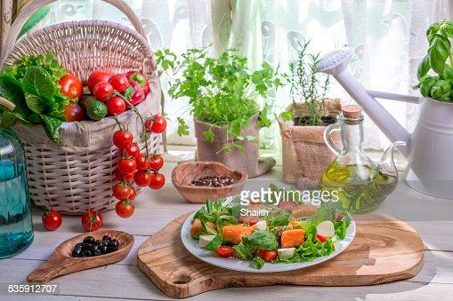 Ingredientes de salada com salmão e produtos hortícolas : Foto de stock