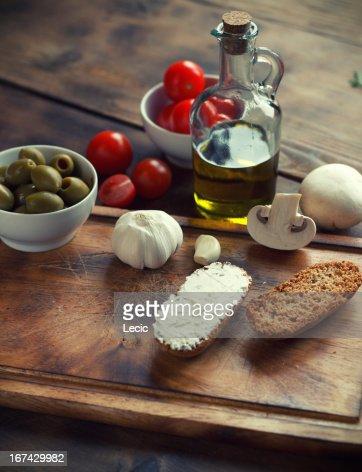 Ingredientes en una tabla de cortar : Foto de stock