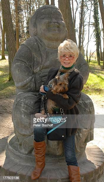 Ingrid Steeger mit YorkshireTerrier 'Eliza' vor 'Buddha' Künstlerdorf Worpswede Niedersachsen Deutschland Europa Hund Tier Schauspielerin