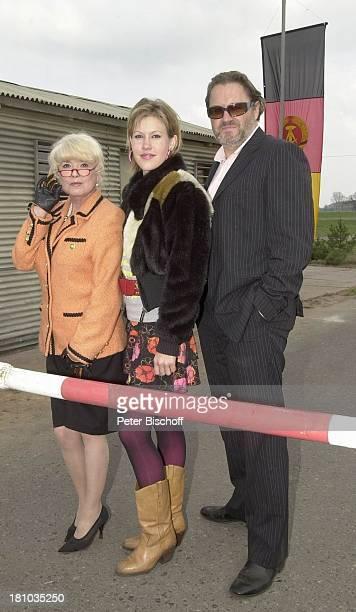 Ingrid Steeger Wolke Hegenbarth Michael Brandner in der Altmark/SachsenAnhalt RTLFilm 'Crazy Race 2' Schauspieler Schauspielerin Schranke eines...