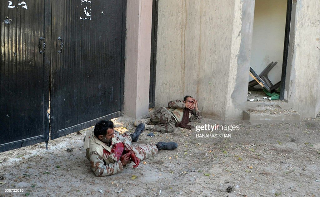 Injured Pakistani paramilitary soldiers lay next to a road at the site of a bomb explosion that targeted a security convoy in Quetta on February 6, 2016. A bomb blast struck a paramilitary vehicle and killed at least eight people and wounded more than 35 others in southwestern Pakistani city of Quetta, official said. AFP PHOTO / BANARAS KHAN / AFP / BANARAS KHAN