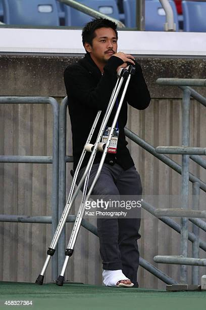 Injured Shinzo Koroki of Urawa Red Diamonds looks on prior to the JLeague match between Yokohama FMarinos and Urawa Red Diamonds at Nissan Stadium on...