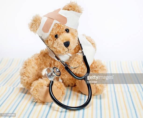 Verletzte Teddybär mit Stethoskop