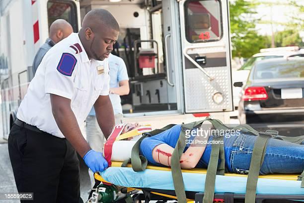 Blessé victime sur un brancard ambulance être intégrées