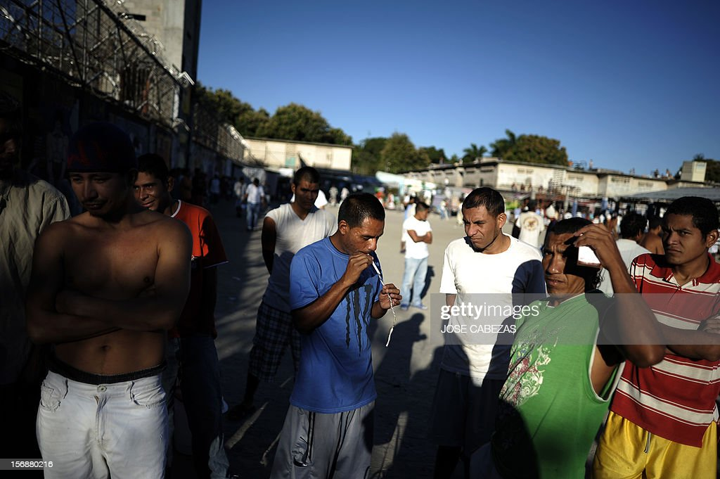 Inmates wait for breakfast at La Esperaza Jail in San Salvador, on November 23, 2012. La Esperanza, the largest jail in El Salvador, was designed to hold 800 inmates but currently holds 4700 prisoners. AFP PHOTO/Jose CABEZAS