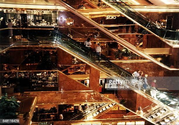Innenansicht Rolltreppen vor Ladenpassagen Juni 1997