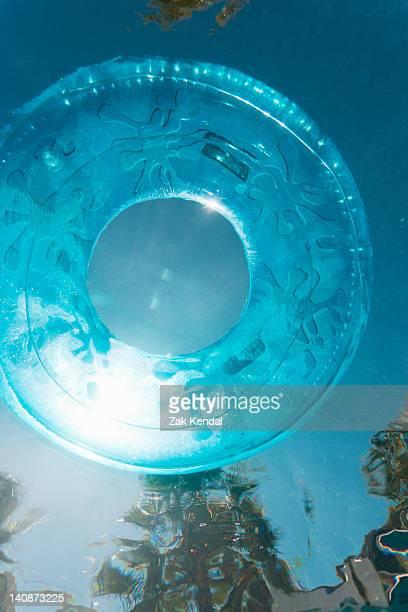 Bouée flotter dans la piscine