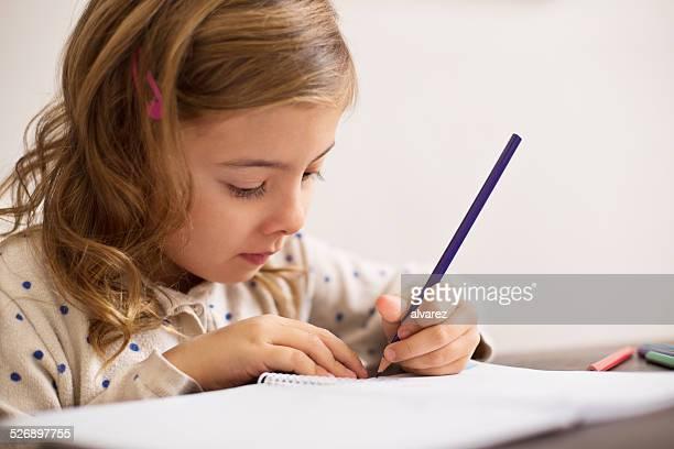 Unschuldigen kleines Mädchen macht Hausaufgaben