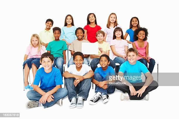 Unschuldigen multi ethnischen Kinder mit billboard isoliert gegen weiße