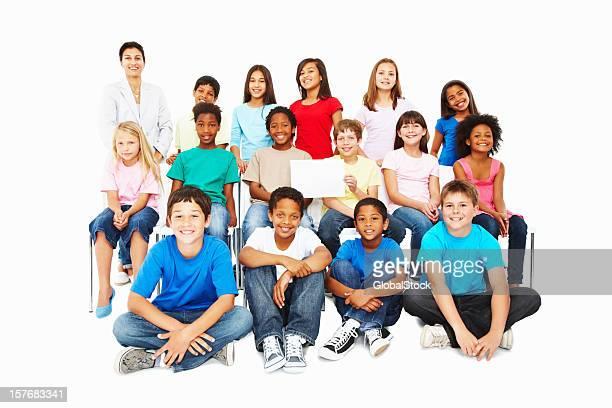 Unschuldigen multi ethnischen Kinder mit Plakat auf weißem Hintergrund